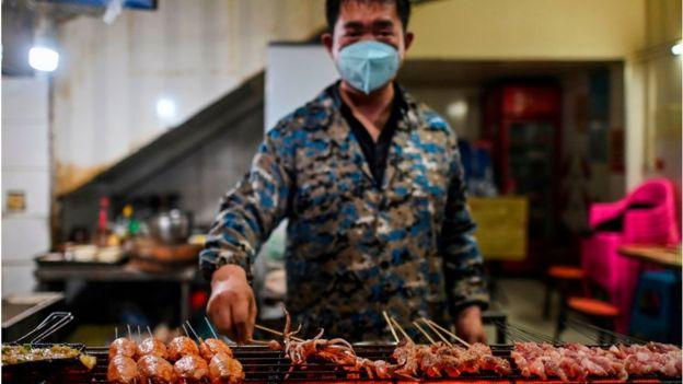 Puesto de comida callejera en Wuhan