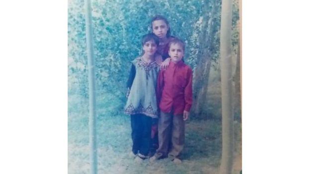 বোন আর ছোট ভাইয়ের সঙ্গে নার্গিস
