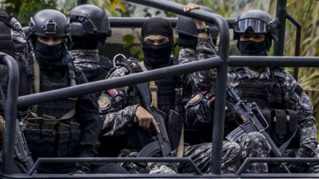 全副武装的SEBIN军警在加拉加斯街头巡逻。