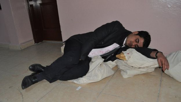 2014'teki seçimde Suruç'ta sandık görevlileri oyların sayılmasını beklerken sandıkların üzerinde uyumuştu
