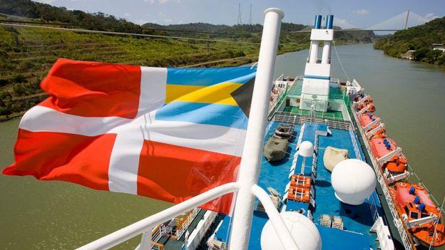 Una bandera de navegación de Bahamas en un buque