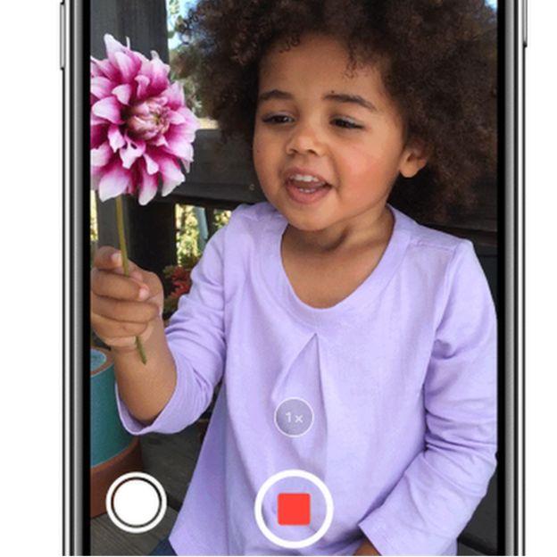Tela de um iPhone durante gravação de um vídeo - na imagem, uma menina segura uma flor