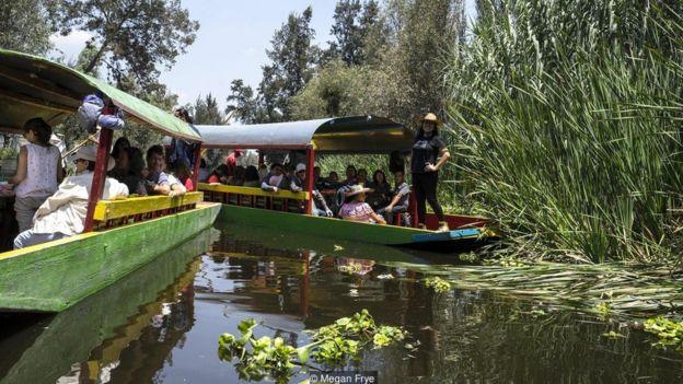 Traineiras coloridas no canal de Xochimilco