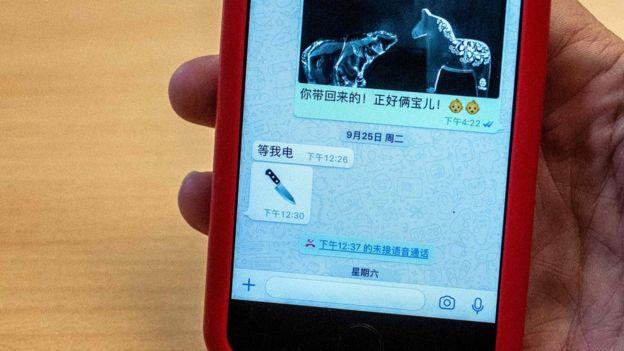 孟太太向記者展示從丈夫收到的刀子表情符號訊息。