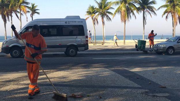 Alexander Santos Pereira e Sérgio Jesus Teixeira, que são garis de verdade, fazendo a limpeza do Leme