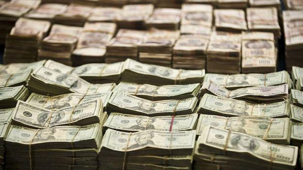 Dólares y pesos mexicanos.