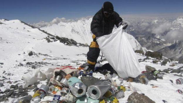 Everest Tepesi'nde temizlikçiler dağcılardan kalan çöpleri topluyor.