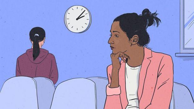 Mulher sentada em sala de espera