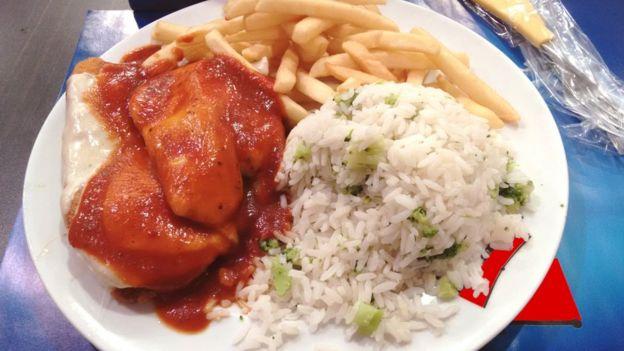 PF de frango à parmegiana com arroz e batata frita