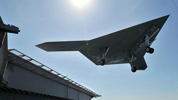 X-47B во время взлета с палубы авианосца