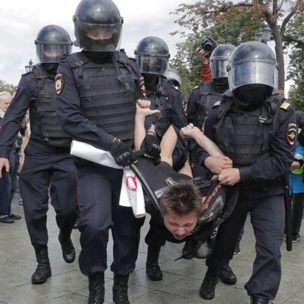 Manifestante y policía de Rusia.