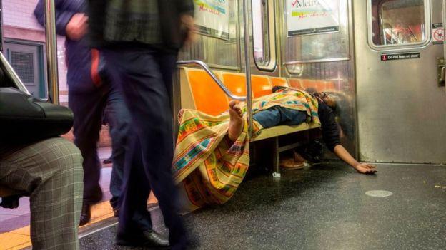 Indigente en el metro de Nueva York.