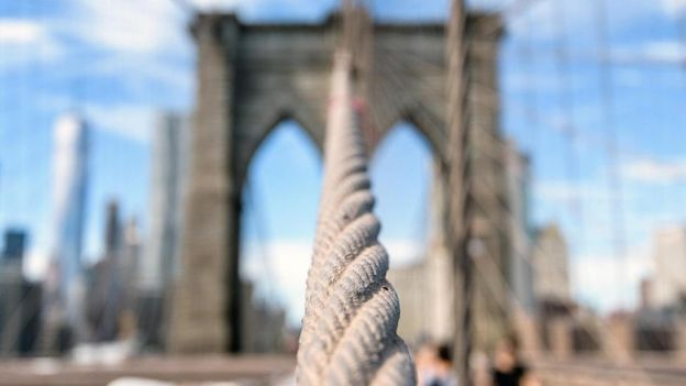 Vista de un cable del puente de Brooklyn. (Foto: Jerry Kestel/EyeEm/Getty Images)