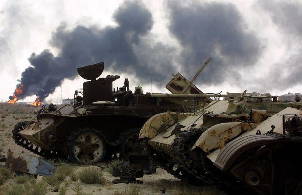 Tanques abandonados durante la Guerra del Golfo en 1991 frente a la refinería de petróleo de Basra, a 550 kilómetros al sur de Bagdad, el 21 de octubre de 2002.