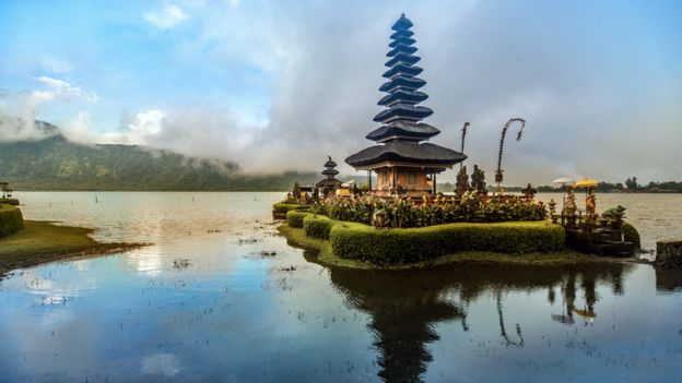 O templo flutuante Pura Ulun Danu Beratan, em Bali, durante o pôr-do-sol