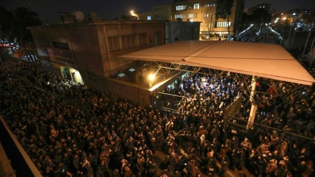 Protesta afuera de la universidad Amir Kabir