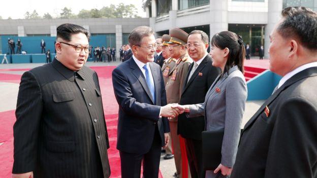 Tổng thống Hàn Quốc bắt tay em gái Kim Jong-un, bà Kim Yo-jong