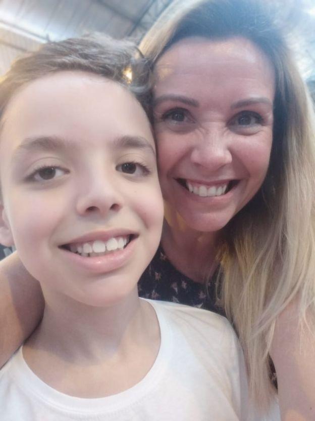 Pedro Henrique com a mãe, Erika