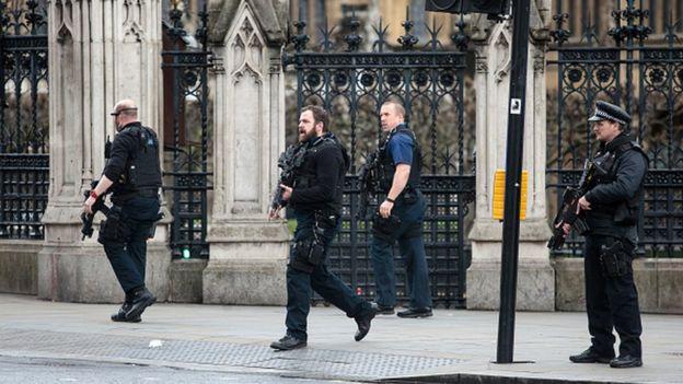 Les forces de police britanniques sécurisent les abords du Palais de Westminster abritant le parlement