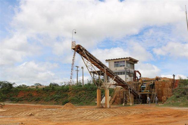 Minério é despejado de esteira dentro de um dos pátios do complexo de mineração de urânio de Caetité
