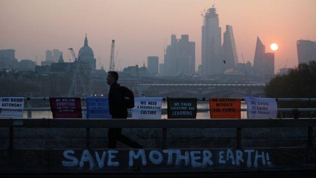С захваченного климатическими бунтарями моста открывается прекрасный вид на лондонский Сити