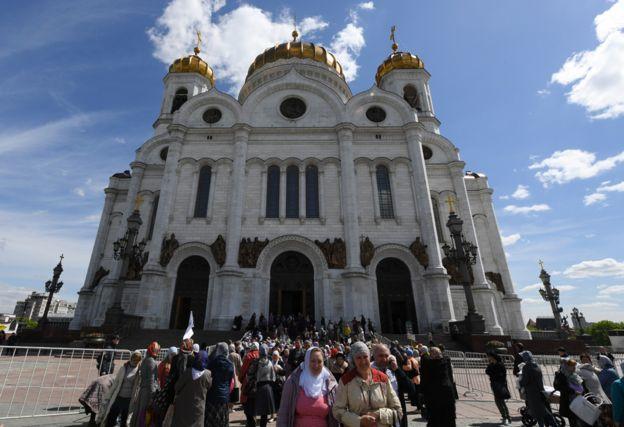 Rus Ortodoks inananları Mesih'in Kurtarıcı Katedrali'nden ayrılıyor