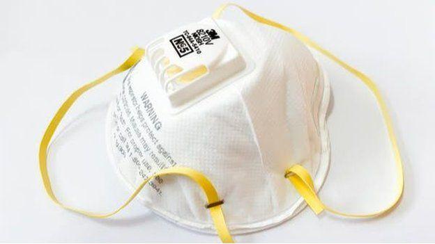 Una mascarilla respiratoria N95 con válvula.