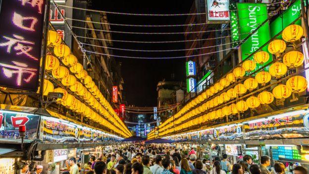 Multidão em mercado noturno de Taiwan