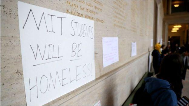 美国麻省理工大学要求学生3月17日前搬离宿舍,一些学生表示抗议。