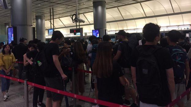 机场快线香港站内有大批黑衣人