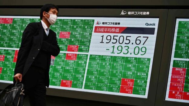Мужчина на фоне биржевых котировок