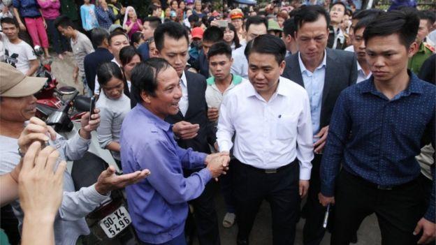 Người dân Đồng Tâm đón chủ tịch UBND TP Hà Nội Nguyễn Đức Chung hôm 22/4