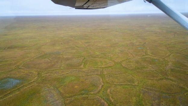 Helicóptero sobrevoa área de permafrost