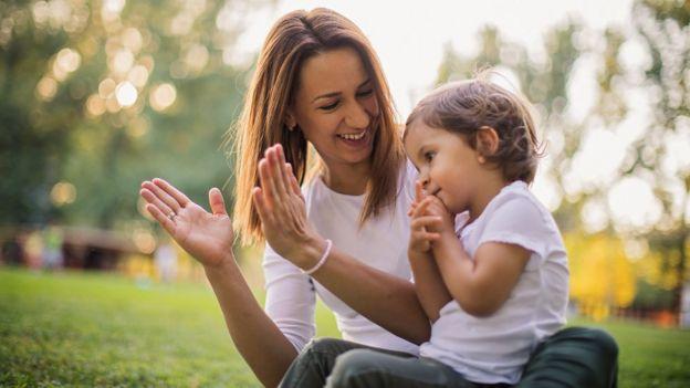Mujer con un niño en un jardín