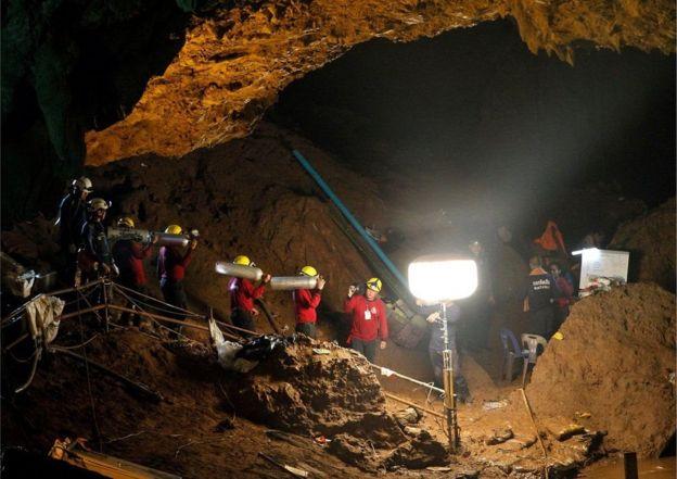 Entrada de la cueva donde están atrapados los niños y su entrenador