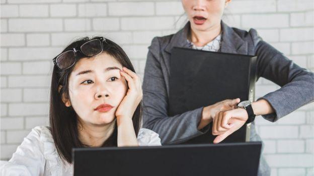 Dos mujeres en una oficina