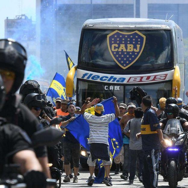 El autobús que trasladaba a los jugadores de Boca fue víctima de una emboscada.