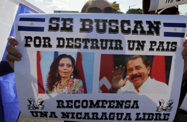 Manifestantes con carteles contra Ortega y Murillo.