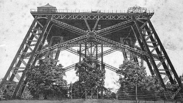 As quatro pernas da torre e sua primeira plataforma