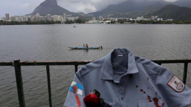 Camisa tingida artificialmente de sangue homenageia policiais mortos no Rio