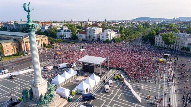 Multidão em praça
