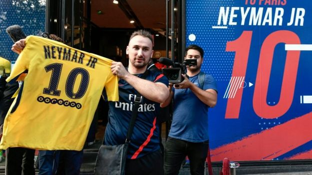 Torcedor do PSG exibe camisa com o nome de Neymar