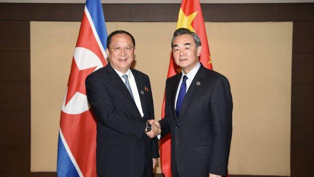 Kuzey Kore Dışişleri Bakanı Ri Yong Ho ile Çin Dışişleri Bakanı Wang Yi