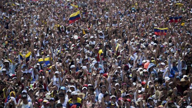 """Multitud de la gente en el concierto """"Venezuela Aid Live""""."""