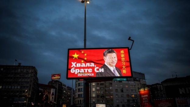 """Un cartel en Belgrado pagado por un periódico dice """"gracias, hermano Xi""""."""