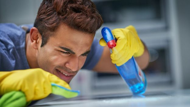 Chico limpiando con tesón