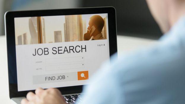 Persona mirando una página de búsqueda de empleo en la pantalla de un portátil