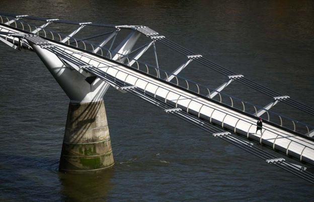 امرأة على جسر ميللينيوم