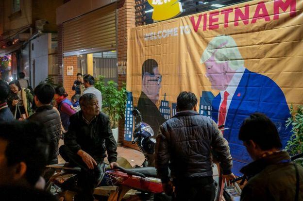 Người dân Hà Nội chờ đợi đoàn xe của ông Trump tối 26/2