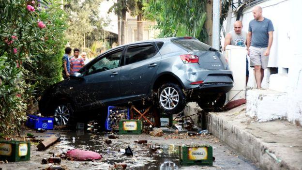 21 Temmuz 2017, Muğla ili tatil beldesi Gümbet'te bir deprem ve tsunami sonrasında otomobil görülüyor